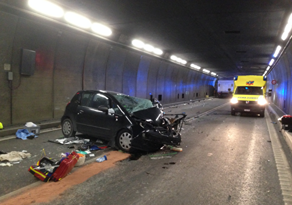 Frontalkollision im Gotthard-Strassentunnel zwei Personen verstorben und vier Personen verletzt