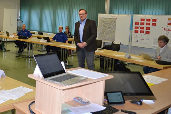Landammann Roger Nager zu Besuch am Rapport des Kantonalen Führungsstabs. Dabei wurden die geltenden Abstandsregeln eingehalten.