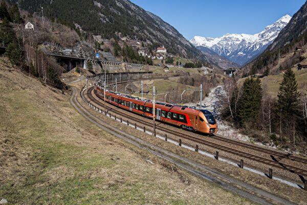 Der «Treno Gottardo» vor weltbekannter Kulisse in Wassen. Mit dem neuen Angebot der SOB wird die Gotthard-Bergstrecke aufgewertet. Bild SOB