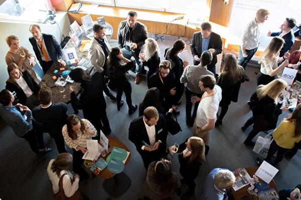 Am Talent-Apéro kamen über 120 Studierende in direkten Kontakt mit 17 Zentralschweizer Arbeitgebern.