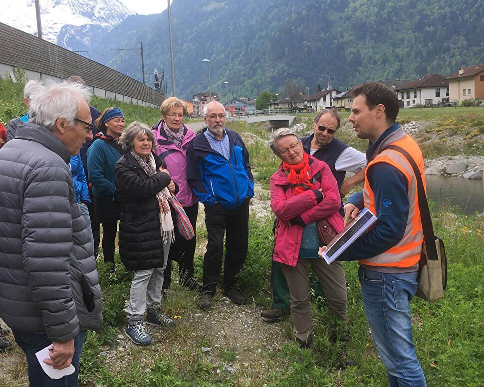 Zahlreiche Spaziergängerinnen und Spaziergänger informierten sich über den Walenbrunnen in Erstfeld und die Ziele der Renaturierung.