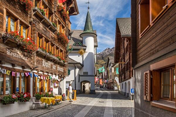 Der Dorfkern von Andermatt konnte sein typisches Aussehen trotz Neubauten bewahren und erfährt nun grosse Veränderungen (Foto Andermatt Swiss Alps AG).