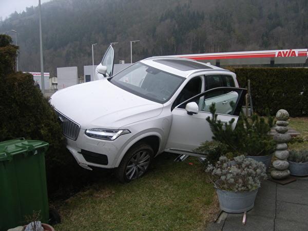 Auto durchbricht Zaun und landet auf Hecke