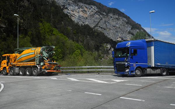 Kollision zwischen LKW und Sattelmotorfahrzeug – niemand verletzt