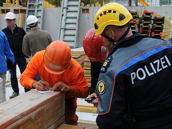 Gemeinsame Arbeitsmarktkontrolle auf Urner Baustellen