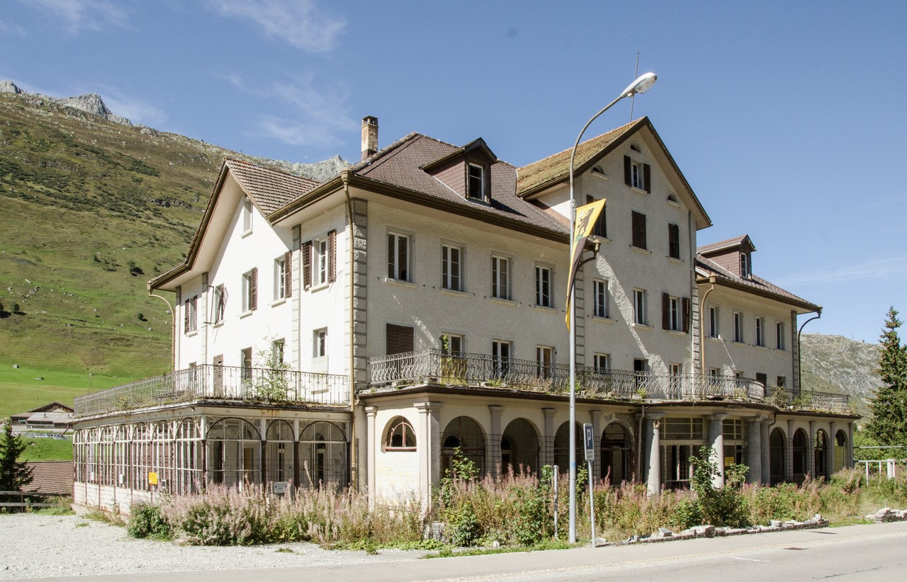 Die Planer des Resorts Andermatt Reuss bedienten sich traditionellen Baumaterialen.