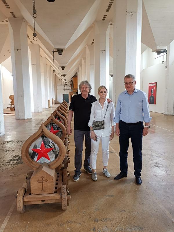 (Von links) Christoph J. Hürlimann und Elisabeth Weber zusammen mit Volkswirtschaftsdirektor Urban Camenzind in einem der denkmalgeschützten Gebäude vor ausgestellten Kunstobjekten.