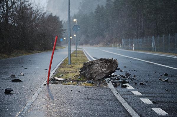 Der 0.5 Kubikmeter grosse Felsblock, der auf die Gotthardstrasse niederging