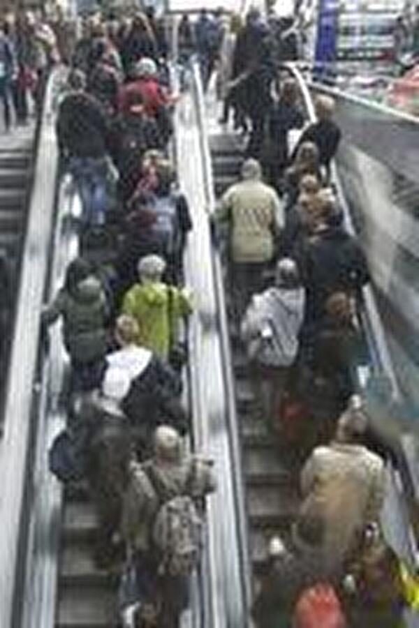 Menschenmenge auf Rolltreppe