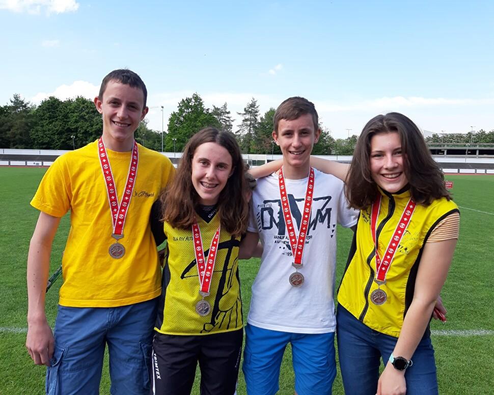 Die Urner OL-Staffel, die die Silbermedaille holte (von links): Elias Muheim, Isabelle Gisler, Linus Mu-heim und Mireille Gisler. Isabelle und Mireille Gisler holten zudem Gold im Orientierungslauf Mäd-chen. (Foto: ZVG)