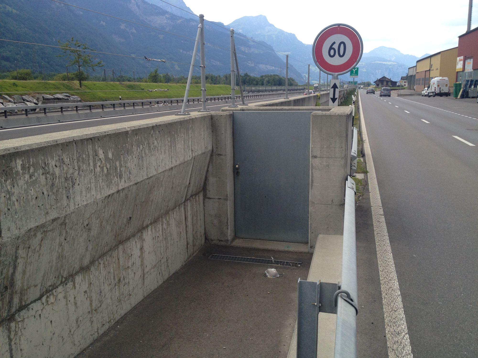 7_Fluchttuere_in_Hochwasserschutzmauer2.JPG