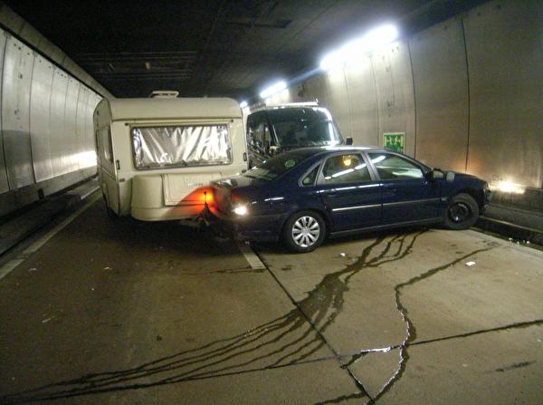 Kollision zwischen Lieferwagen und PersonenwagenKollision zwischen Lieferwagen und Personenwagen im Seelisbergtunnel