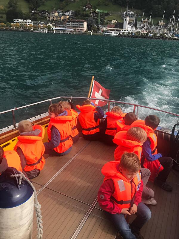 Die Kinder am Ferien(s)pass auf dem Polizeiboot