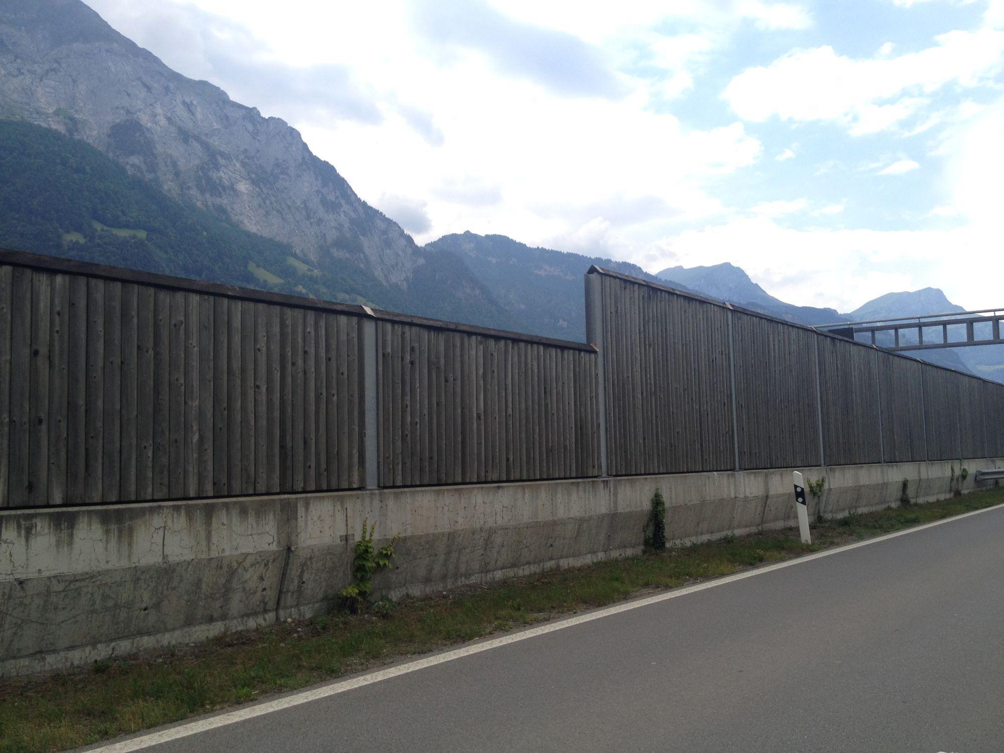 6_Hochwasserschutzmauer_entlang_A2_mit_Laermschutzwand2.JPG