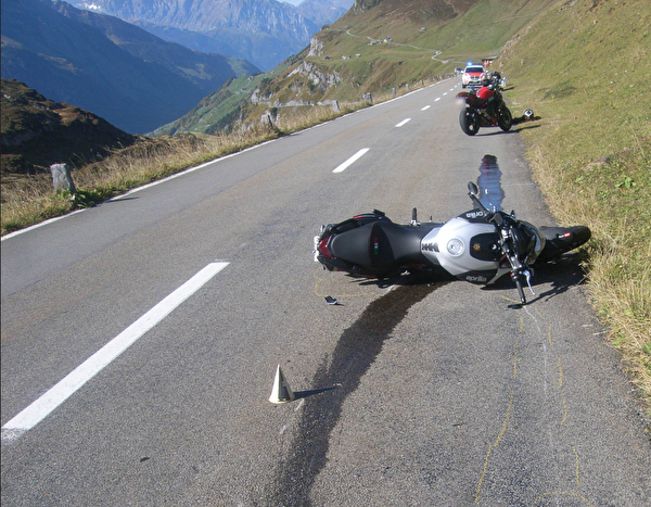 Selbstunfall mit dem Motorrad – eine Person verletzt