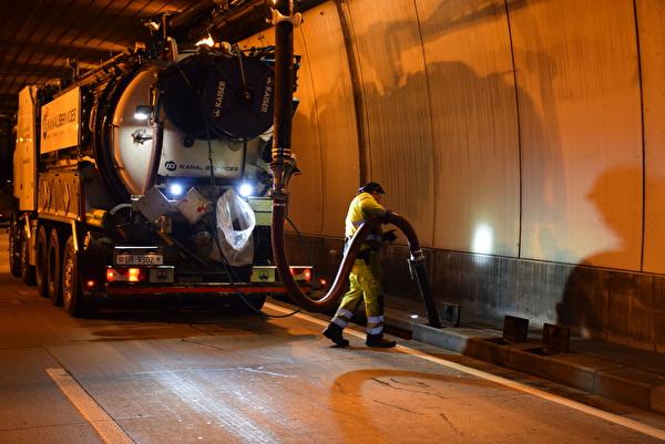 Reinigungsarbeiten Seelisbergtunnel