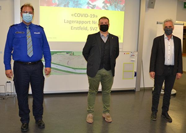 Sicherheitsdirektor Dimitri Moretti (Mitte) bedankte sich beim abtretenden Chef des Sonderstabs COVID-19, Stefan Simmen (links), und seinen Mitarbeitenden. Gleichzeitig hiess er den neuen Vorsitzenden Dr. Emil Kälin willkommen.