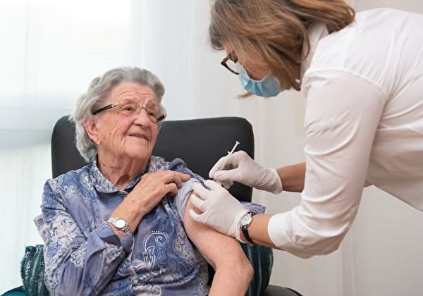 Eine Heimbewohnerin lässt sich impfen.