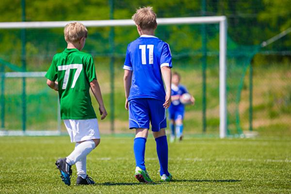 fussballspielende Kinder