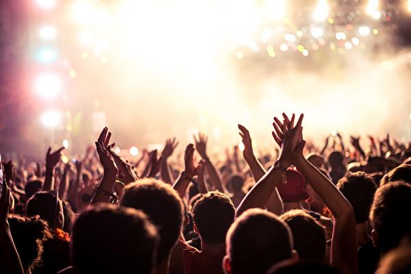 Jugendliche und junge Erwachsene am Feiern