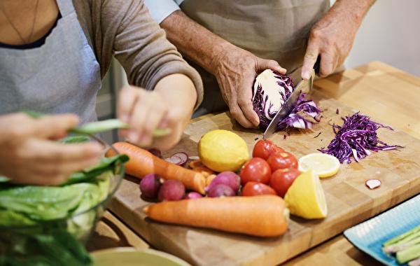 ältere Menschen am Kochen