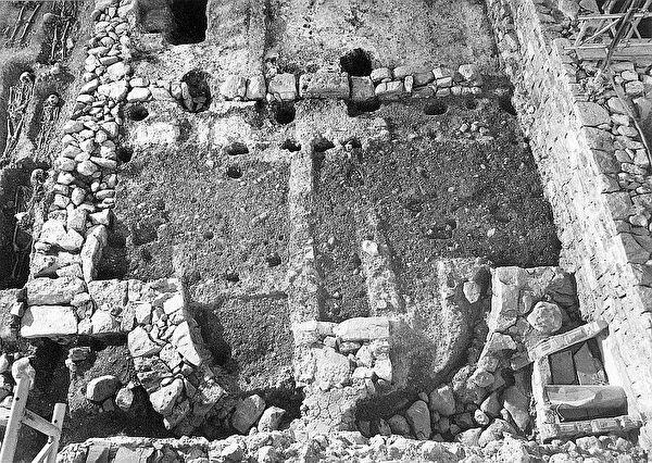 Grundmauern der ältesten Kirche in Stans während der Ausgrabung 1984/85 (Fachstelle für Archäologie)
