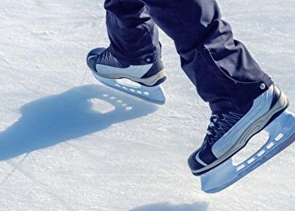 Schlittschuhe auf dem Eisfeld