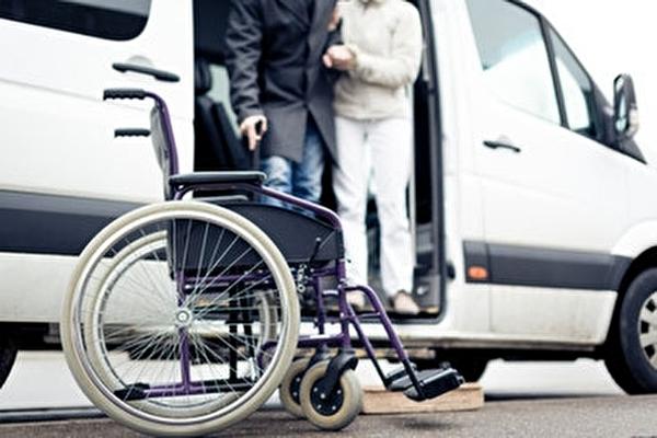 Rollstuhl vor Auto