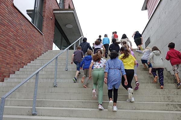 Kinder steigen die Schultreppe hoch