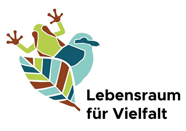 Das Logo des BIKs zeigt einen Laubfrosch, einen Neuntöter und ein Blatt in den Farben hellgrün, braun, hellblau und petrol. Der Slogan lautet: Lebensraum für Vielfalt.