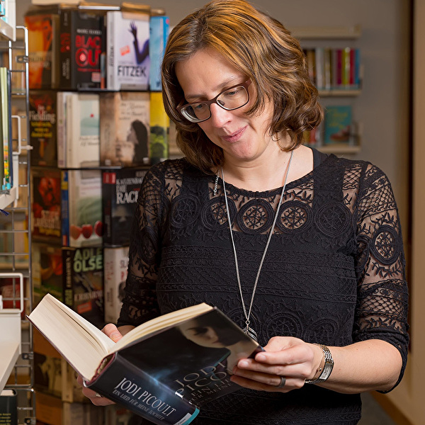 Foto Manuela Hofstätter in Buchhandlung am Lesen