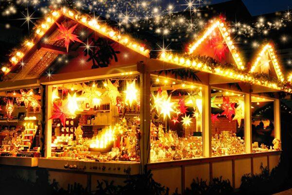 beleuchtetes Weihnachtsmarkt-Häuschen mit Ware