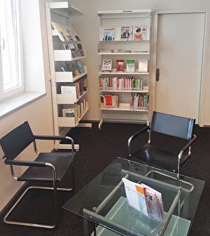 die Seniothek in der Bibliothek, Tisch, Sessel und Büchergestell