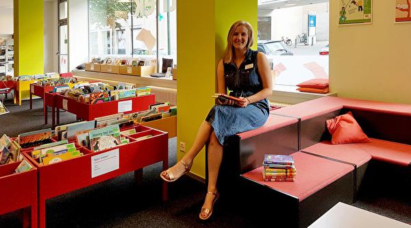 Milena Eberhard in der Stadtbibliothek