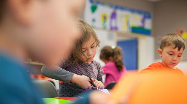 Symbolbild Tagesschule Kinder am Basteln
