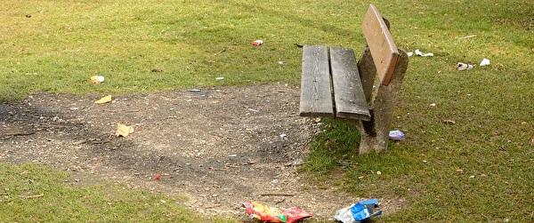 Abfallverschmutzung um Sitzbank