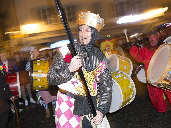 Eintrommeln, 7. Februar 2018: die Katzenmusik hat das Telldenkmal erreicht. König Artus, (nach dem Film Ritter der Kokosnuss von Monty Python) schwingt das Zepter, resp. den Taktstock mit der Katze.