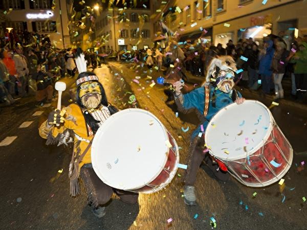 Mit Paukenschlägen wird die Fasnacht 2012 eröffnet