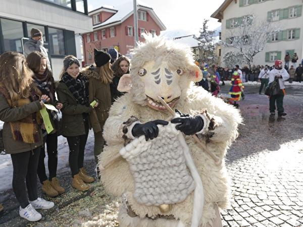 Ein Schaf strickt aus ihrer Wolle einen Pullover: eine originelle Einzelmaske am Altdorfer Umzug.
