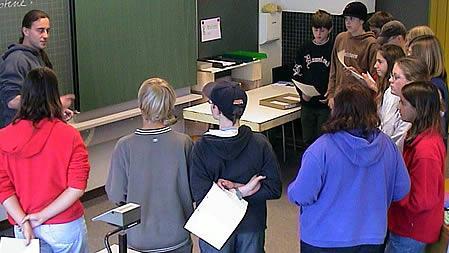 Schülerinnen und Schüler hören aufmerksam zu