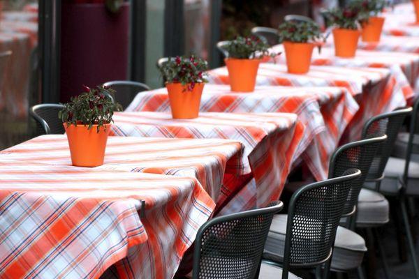 Tische in einem Gartenrestaurant