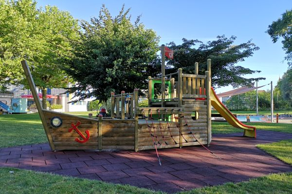 Schiff aus Holz auf dem Spielplatz