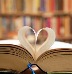Buch mit Seiten so gefaltet, dass sie ein Herz darstellen