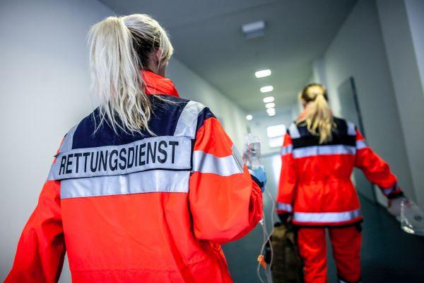 Rettungssanitäterinnen im Spitalgang