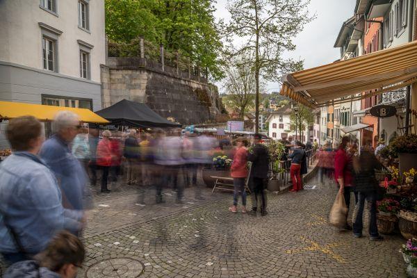 Blick in die Gasse am Bogen während dem Markt
