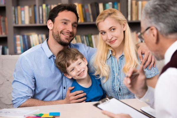 Familie sitzt bei einem Berater