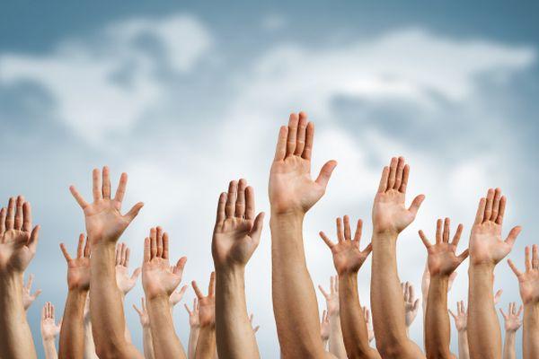 Hände vor dem Himmel