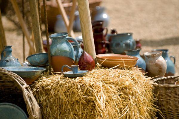 Gefässe aus dem Mittelalter auf einem Strohballen
