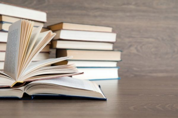 Bücher vor einer Wand