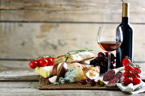 Käse- und Fleischplatte mit einem Glas Rotwein